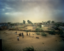 Sahil, Rais, and other boys (Manganiars) during a sandstorm. Kalakar Colony, Barmer, Inde