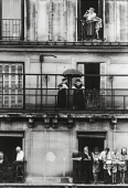 Riverains au balcon, enterrement Maurice Thorez, Paris 1964